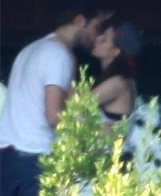 110538_Kristen.Stewart.Robert.Pattinson.Kissing.Pool_principal